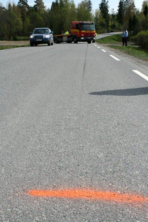 BREMSESPOR: Politiet foretok oppmåling av motorsykkelens bremsespor ved ulykkesstedet. FOTO: BREDE HØGSETH WARDRUM