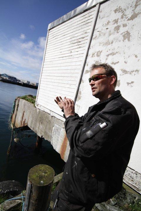 FIKSEREN: Bengt Ivar Olsen ordner alt det praktiske. Nå funderer han på hvordan den hvite treveggen skal kunne bli malt.