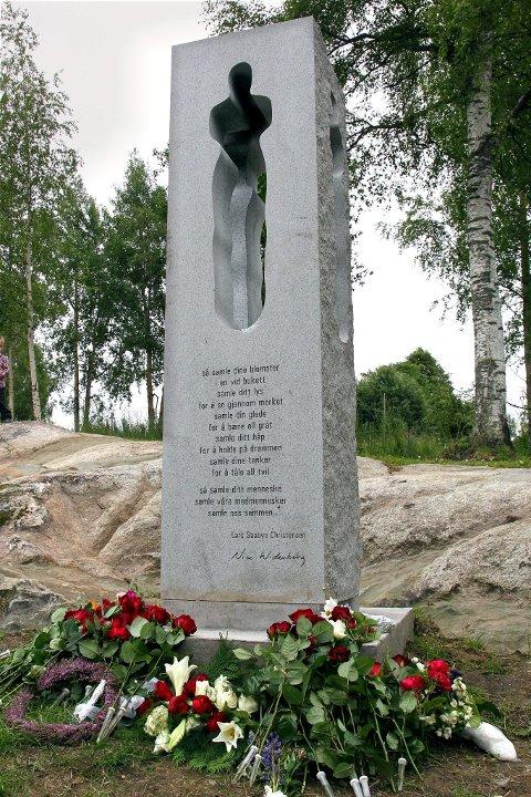 22. JULI-MINNESMERKET: Minnesmerket er utført av billedhoggeren Nico Wiederberg og inneholder en tekst skrevet av forfatteren Lars Saabye Christensen.