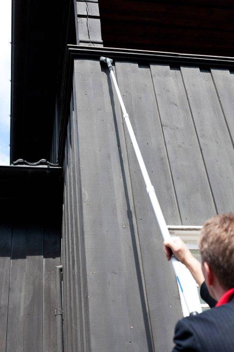 Med forlengerskaft kommer du til høyt oppe på veggen uten å måtte bruke stige.