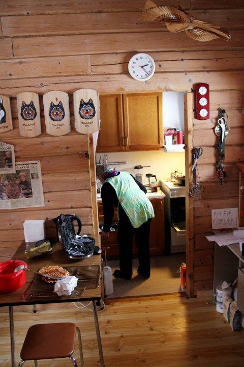 HJEMMELAGET: På det lille kjøkkenet i campinghytta lager Edith god, hjemmelaget mat til gjester. På veggen henger beviset på at Vaggatem er sjekkpunkt for hundeløpet Pasvik trail.