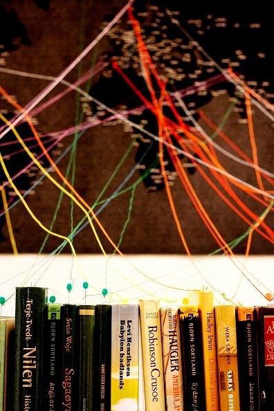 FØLG TRÅDEN: Utstillingen er laget av Gunn Wester og heter «Reis i ditt hode - det er bra for vår klode». På dette verdenskartet kan du velge deg et land eller by, følge sytråden og deretter finne deg en bok fra samme sted.