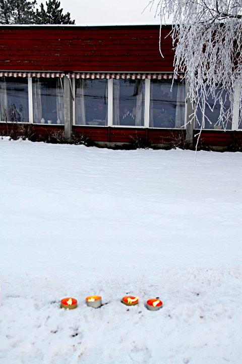 LYS: Noen har tent lys i snøen ved Hus 3 som tegn på sympati.