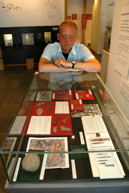 Vanligvis går det lang tid fra et arkeologisk funn blir gjort, til gjenstandene havner på museum. Museumsbestyrer Hans Christian Søborgs utstilling er i så måte temmelig unik. Alderen? Rundt 4000 år.