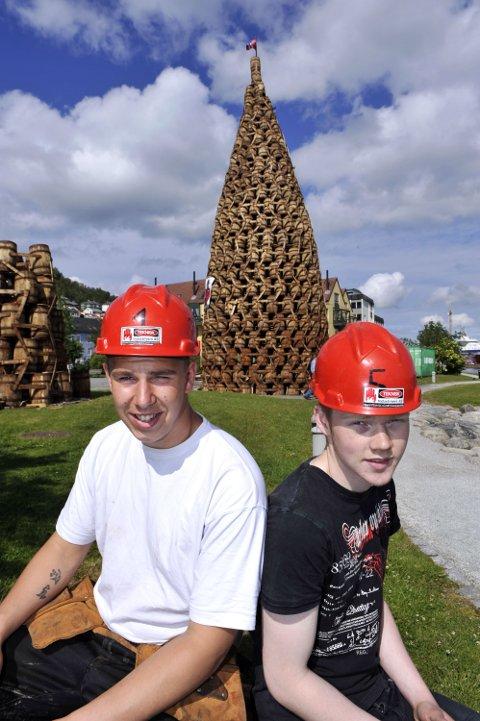 Sean Elvsås og Erik Bolstad er klar til St. Hans-fest på Laksevåg.
