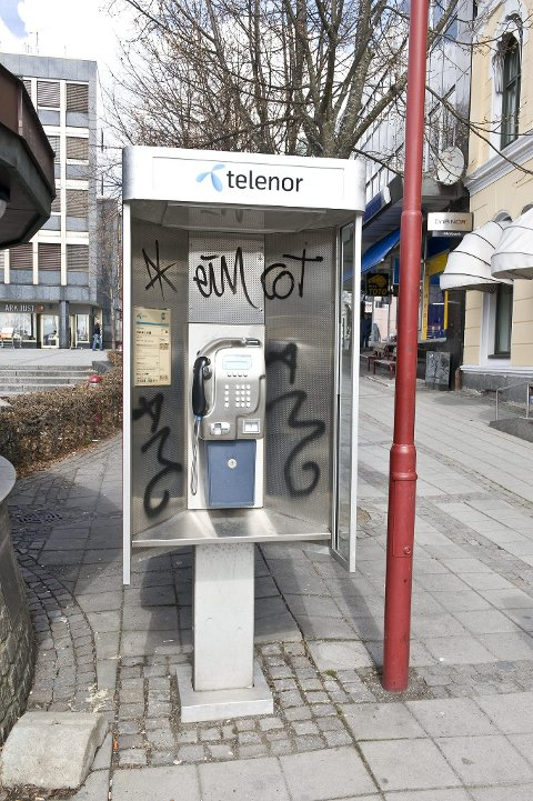 Hærverk: Vegger, skilt, søppelkasser og telefonbokser, som denne på Torget i Larvik sentrum, blir gjenstand for tagging.