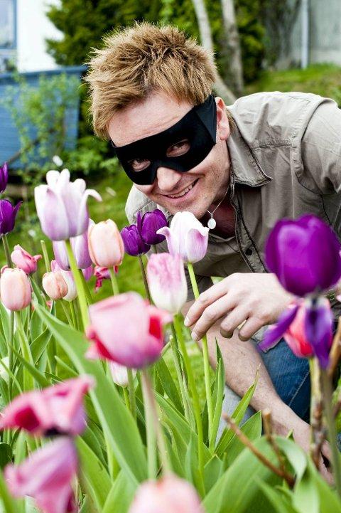 Blomsterstjernen lukter ofte på blomster, men synes det er falut å bli tatt på fersken i å gjøre det.