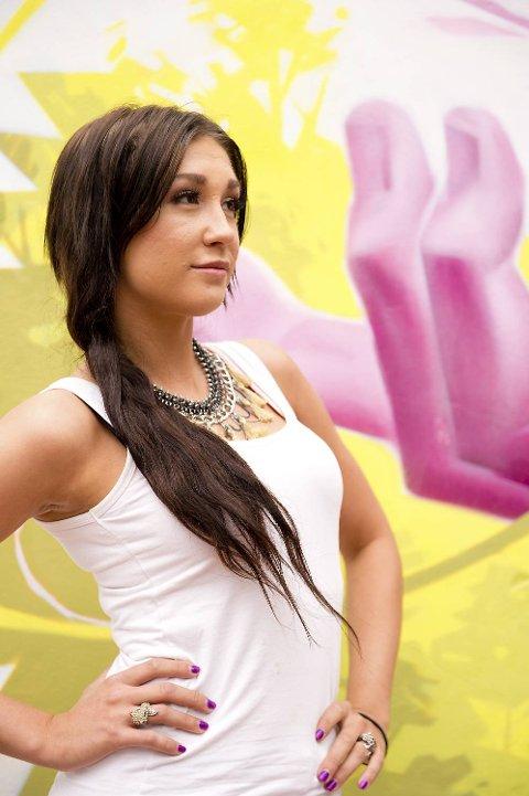 Posering er noe av det Kjersti Nicole Larsen trener på frem mot Miss Universe Norway-finalen.