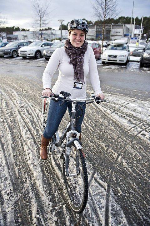 Ruth Helene Kyte, ingeniør i BKK, tester el-sykkel for første gang. Hun er litt bekymret for hvordan den takler vinterføre.