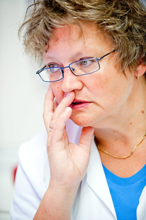 Avdelingsdirektør Lisbeth Rustad ved Hudavdelingen på Haukeland universitetssykehus oppfordrer folk til å vise solvett og å sjekke føflekkene sine jevnlig.