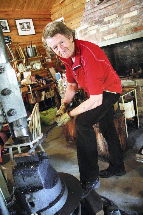 Knivtreff Eidsfoss: Knut Dahl, en kjent knivkunstner ifra Eidsfoss. Han åpner alltid dørene til verkstedet sitt under knivtreffet. foto: jarl Rehn-Erichsen