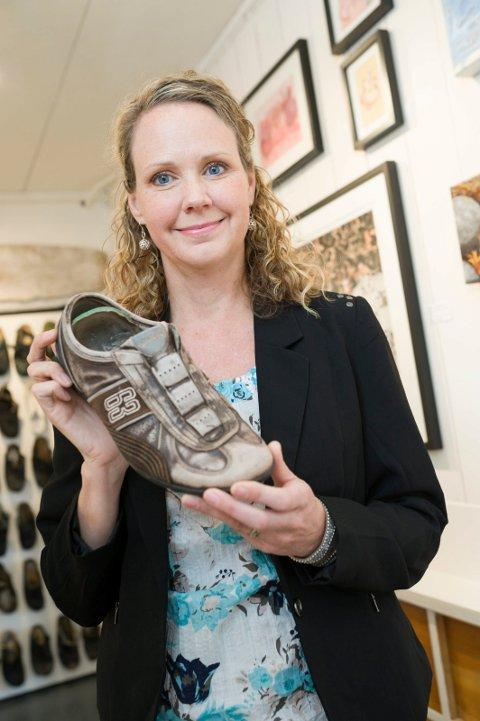 DENNE SKOEN: Hvem som har eid denne skoen er uvisst. Det kan være en person på Magarøya. Eller kanskje en person på andre siden av verden? Uansett vitner slitasjen på skoen om at mye brukt av sin eier, slik en sko med tiden skal se ut. Men mange andre sko som er funnet har en annen historie. Alle foto: Kim Gaare