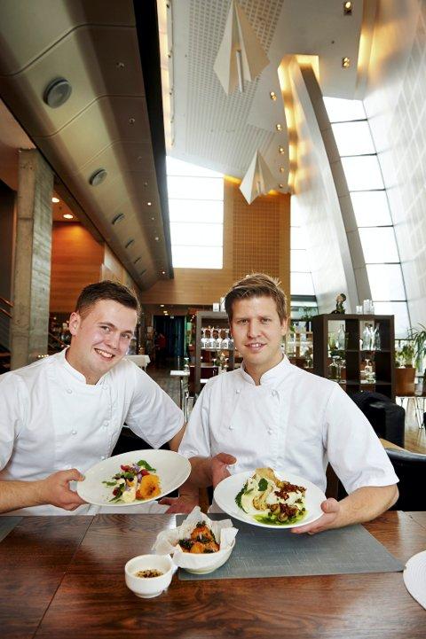 SJØMATSPESIALISTER: Tross sin unge alder, imponerer Tomasz Cieslik (21, til venstre) og Andreas Holmboe (25) både lokale og langtreisende gjester med sine kokkekunster fra kjøkkenet på Restaurant Norveg på Rørvik. Alle FOTO: BJØRN TORE NESS