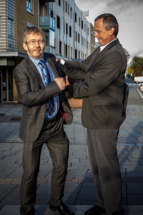 SERIØST UHØYTIDELIG: Daglig leder Jan Ole Enlid (t.v.) og senior kommunikasjonsrådgiver Jon Amtrup i Novitas, midt i gågata i Lillestrøm, byen der de er etablert og har kunder. FOTO: HANS OLAV NYBORG