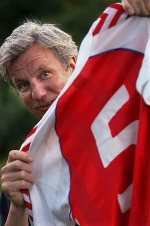 FREM FRA KJELLEREN: Ulf Moens danske fotballminne fra Idrettsparken i 1984 - trøya til den gamle VM-kjempen Søren Busk. Den fikk han etter landslagsdebuten i et av de store slagene mellom de skandinaviske naboene for 19 år siden.