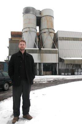BETONG: Morten Stene har på plass en kontrakt med et firma som skal produsere ferdigbetong i bygningen i bakgrunnen.FOTO: OLE-MORTEN ROSTED