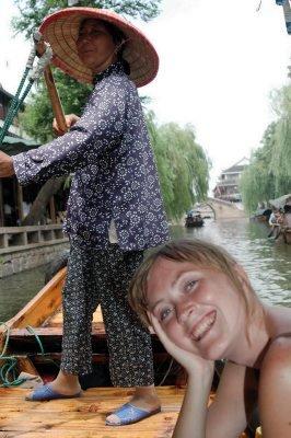 VANNLANDSBY: Elisabeth Hatlem fra Greåker lærer business i Shanghai. Her er «Gründerskolen» på ekskursjon til Shanghais «Venezia», Zhouzhang, en vannlandsby med kanaler og pittoreske broer, to timer utenfor millionbyen.FOTO: HENRIK PRYSER LIBELL