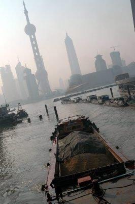 HAVN: Shanghai er Kinas viktigste havneby. «Perletårnet» er Shanghais nye landemerke.