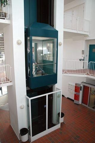 I HEISEN: I enkelte saker har siktede blitt tatt med inn til tingretten via en heis fra garasjeanlegget i kjelleretasjen. Den muligheten ble ikke benyttet under rettssaken mandag. Tingrettens lokaler ligger rett ved heisen, i 2. etasje.