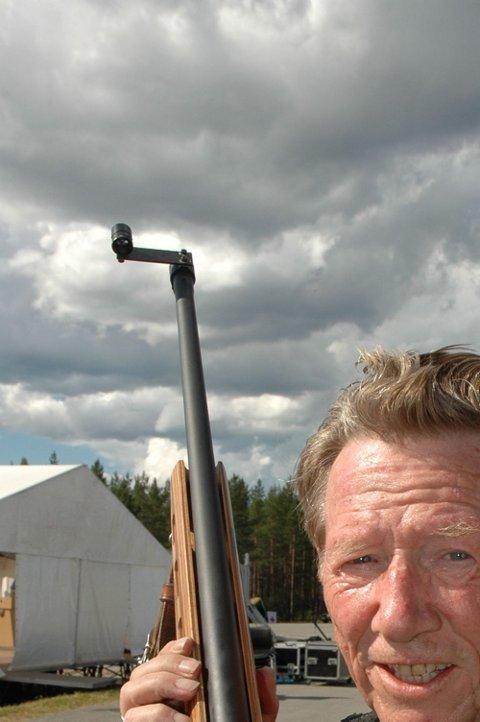 """FEIL ØYE: Sauer-geværet til Olav Svartdal har utlagt sikte fordi han må sikte med """"feil øye"""". Men 74-åringens historie stopper ikke der. Han er gammel nok for V73, men skyter i klasse 3, og har allerede klart opprykk til klasse 4! (Foto: John Byman)"""