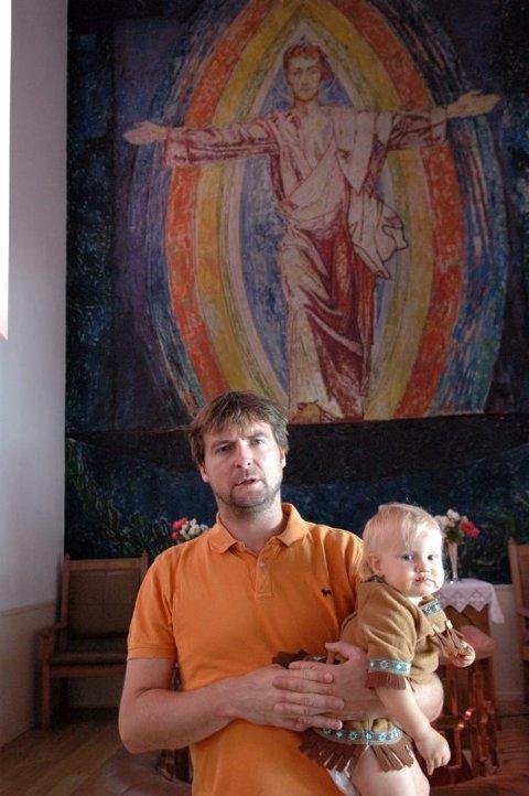 Spesiell altertavle. Gisle Meling med datteren Ellida på armen, forteller at dette bildet av en hvit Jesus med kort hår, opprinnelig hengte i Frogner kirke. En skipsreder ga det i gave til sjømannskirken i Los Angeles i 1951, og det ble omarbeidet til rett størrelse.