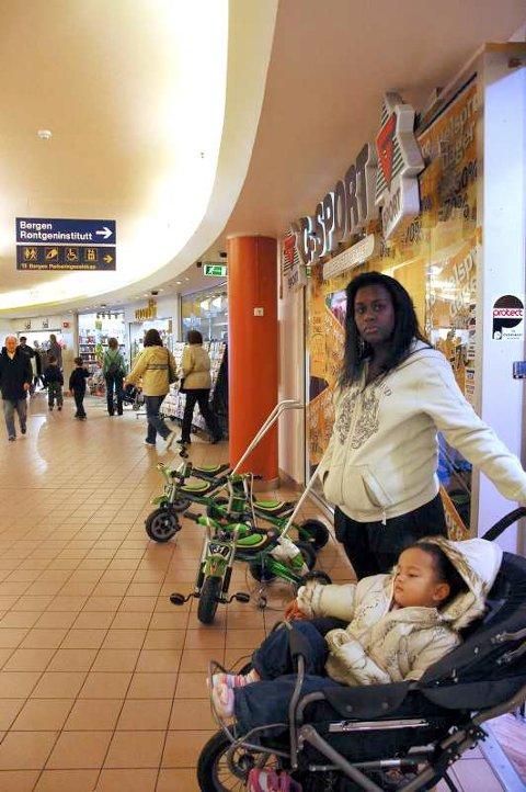 På denne G-Sport-forretningen på Bergen Storsenter ble Luciene Santana beskyldt for å stjele et par sko hun hadde kjøpt en uke tidligere. Her med datteren Vittoria (2).