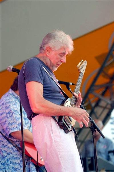 En levende legende: John Mayall til Tahitifestivalen i juni. Dette bildet er tatt av Greg Malo under en konsert i Canada i 2005.