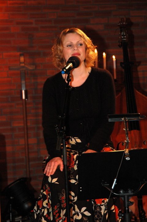 SANG: Sangerinnen Ingvild Hasund og trompetisten Terje Johannesen utfylte lydbildet.