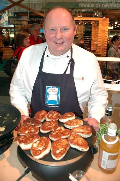 Øraas har fått god omsetning på gjeddekakene som han varter opp med på den store matmessen i Berlin.