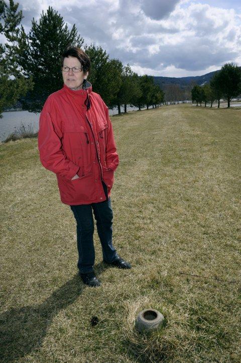 Bare fundamentet står igjen, viser Evelyn Haugland på stedet der et forbudsskilt mot hunder sto på Nøklebytangen.  Foto: Frode Johansen