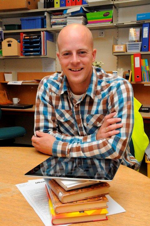 LEDER: Prosjektleder Tor Midtbø styrer pilotprosjektet på Stathelle barneskole der lesebrettet har tatt over for mange skolebøker, men som eleven forsatt har med slik at de også skal lære bokstaver og eksperimentere med ord, i egen håndskrift og på tastatur, samt bruke datamaskinen til tekstskaping.