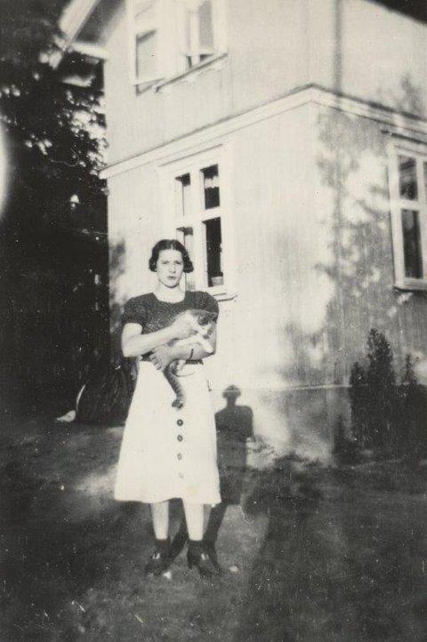 Rakel Bild, utenfor sitt hjem i Solfallskroken i Ås