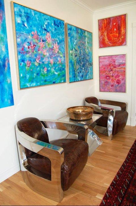 DESIGN: Jungeltelegrafen har gått om Vibeke Lillefjæres malerier, men mange har ønsket å kjøpe møblene hennes også. Disse danske designstolene er det særlig mannlige besøkende som faller for.