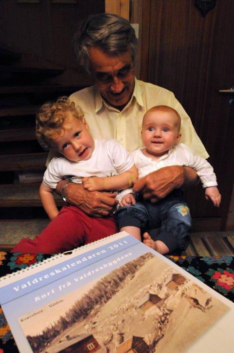 PERSPEKTIV: Pensjonisten Ivar Aars gir ut historiske kalendre, barnebarna Gunvor (snart 3) og Reidun (7 md.) gir et annet perspektiv. FOTO: INGVAR SKATTEBU