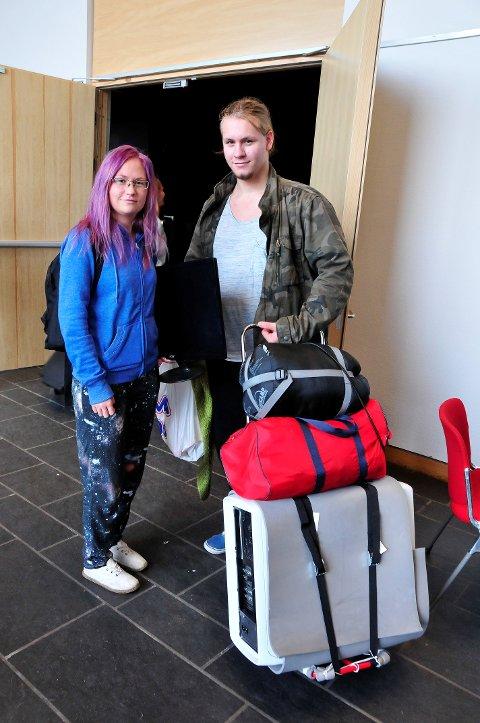 GODT RUSTET: Gunn Marit Hagen og Sindre André Berglund har tatt med seg alt de trenger for å holde ut en helg med mye gaming.