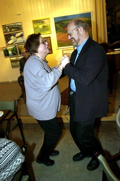 EN DANS PÅ OLAVSROSER:  Kulturverksted-sjef Brynhild Bådstø Bing tok en positiv-dans med konservator Hans Pedersen i anledning utdeling av Olavsrosa tirsdag kveld.