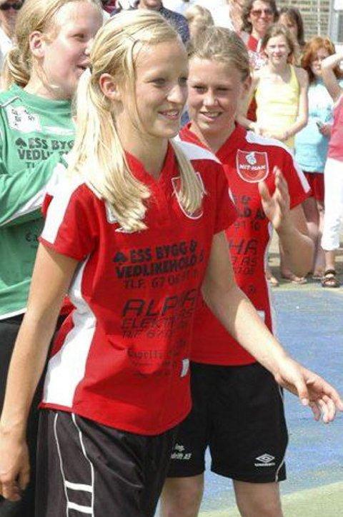 STOLT KAPTEIN: Stine Bredal Oftedal klarte ikke å holde smilet borte da hun skulle hente pokalen. I bakgrunnen er meeper Iselin Stang Skullerud (t.v.) og Ida Jarmark like fornøyde.