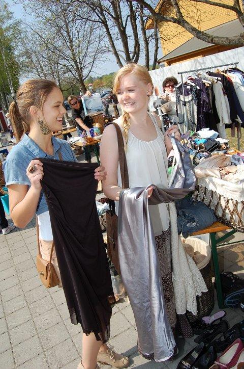 VINTAGE:  - Det er så deilig at det er så billig. Jeg har handlet mye secondhand i utlandet. For fjorten dager siden var jeg i Gøteborg. Jeg er ofte på utkikk etter vintage, sier Anna Stensrud (16). På bildet er også Susanne Glenna.