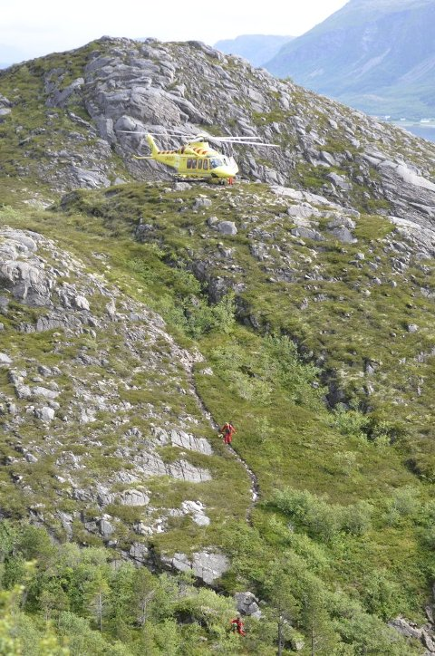 RASK UTRYKKING: Med helikopter kom redningsmannskapet seg raskt ned til mannen som trengte hjelp. En ambulanse ventet også nede ved parkeringsplassen.