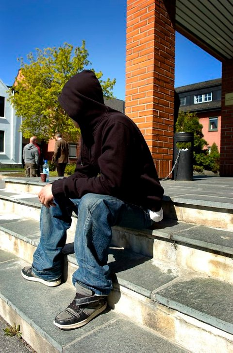 FENGSLES: 17-åringen fra Porsgrunn blir fengslet i to og et halvt år for to væpnede ran. Hans 16 år gamle kamerat ble dømt til fengsel i ett og et halvt år. Begge er i tillegg dømt for en rekke andre lovbrudd.