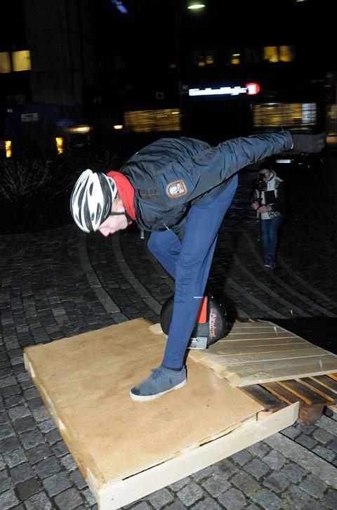 Sander Johansen fikk litt problemer på vippehinderet under det uoffisielle norgesmesterskapet i Airwheel i Vikersundgata.
