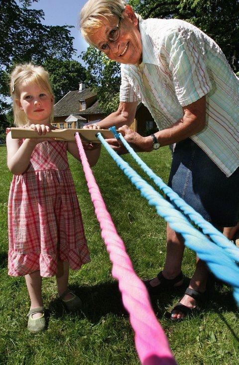 REPSLAGER: Amalie Gjerdet (4) fikk hjelp av farmor Ingerid Gjerdet til å lage sitt eget hoppetauFOTO: TOM GUSTAVSEN