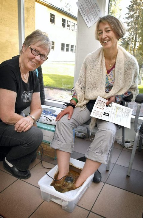 fotbad: Åse Olsen demonstrerer et fotbad, som hevdes å fjerne giftstoffer fra kropp og sinn, til Brynhild Barstad fra Ørsta.