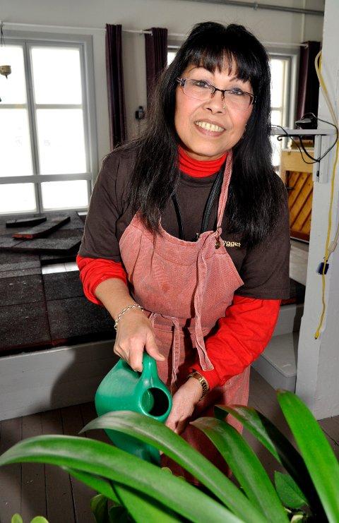 Mange oppgaver: Gloria Olsen sørger for at plantene i huset er stelt og på rett plass før festivalen.