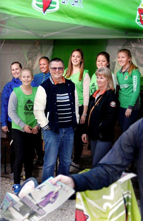 STILLER OPP: Holmestrand maraton hadde ikke blitt gjennomført uten innsatsen til de frivillige fra de lokale idrettslagene, her representert av HIFs håndballgruppe. Fra venstre, foran: Lina Fon, Odd Erik Andreassen, Hilde Lysaker. Fra venstre, bak: June Henriksen, Tove Nordbotten, Marte Curich, Guro B. Finden og Emilie Bergquist.Foto: Claudio Mariconda