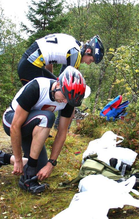 SKIFTE: Jon Inge Kvalbukt (nærmest) hiver på seg joggeskoene. Bak gjør Erik Nordstoga det samme.
