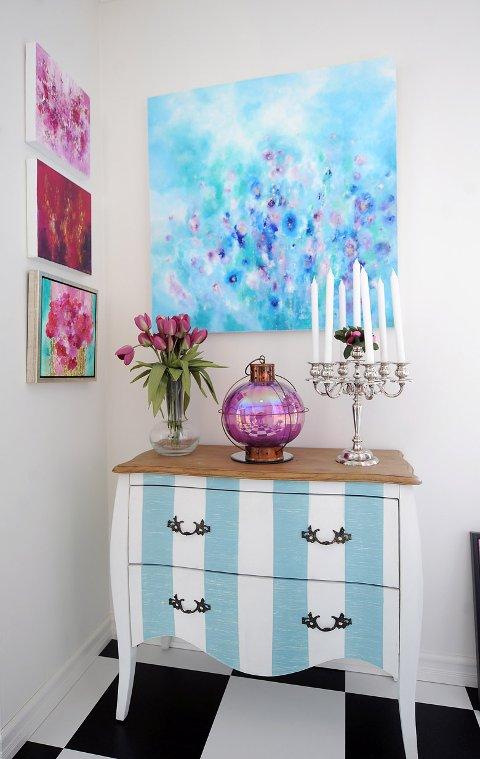 GANG: Å vise kunst i samspill med møbler er viktig, mener kunstner Vibeke Lillefjære.