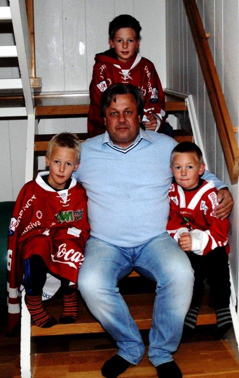 Pappa Svein Slåen sammen med sine tre barn, Sverre, Eirik og Håkon som måtte ta av seg L.I.K.-drakta før de fikk komme inn på sin bestilte plass.