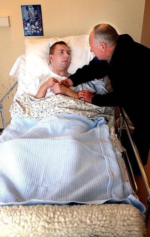 KOSTBAR OPERASJON: I snart to år har Helge Flenmoren besøkt sønnen Ronny på Mule sykehjem. Nå mener en tysk klinikk at de kan gjøre Ronny helt frisk, men operasjonen må familien betale selv.