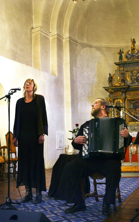 KONSERT: Marianne Kostøl og Harry Andersen i Hoff kirke i går kveld. Foto: Brynjar Eidstuen